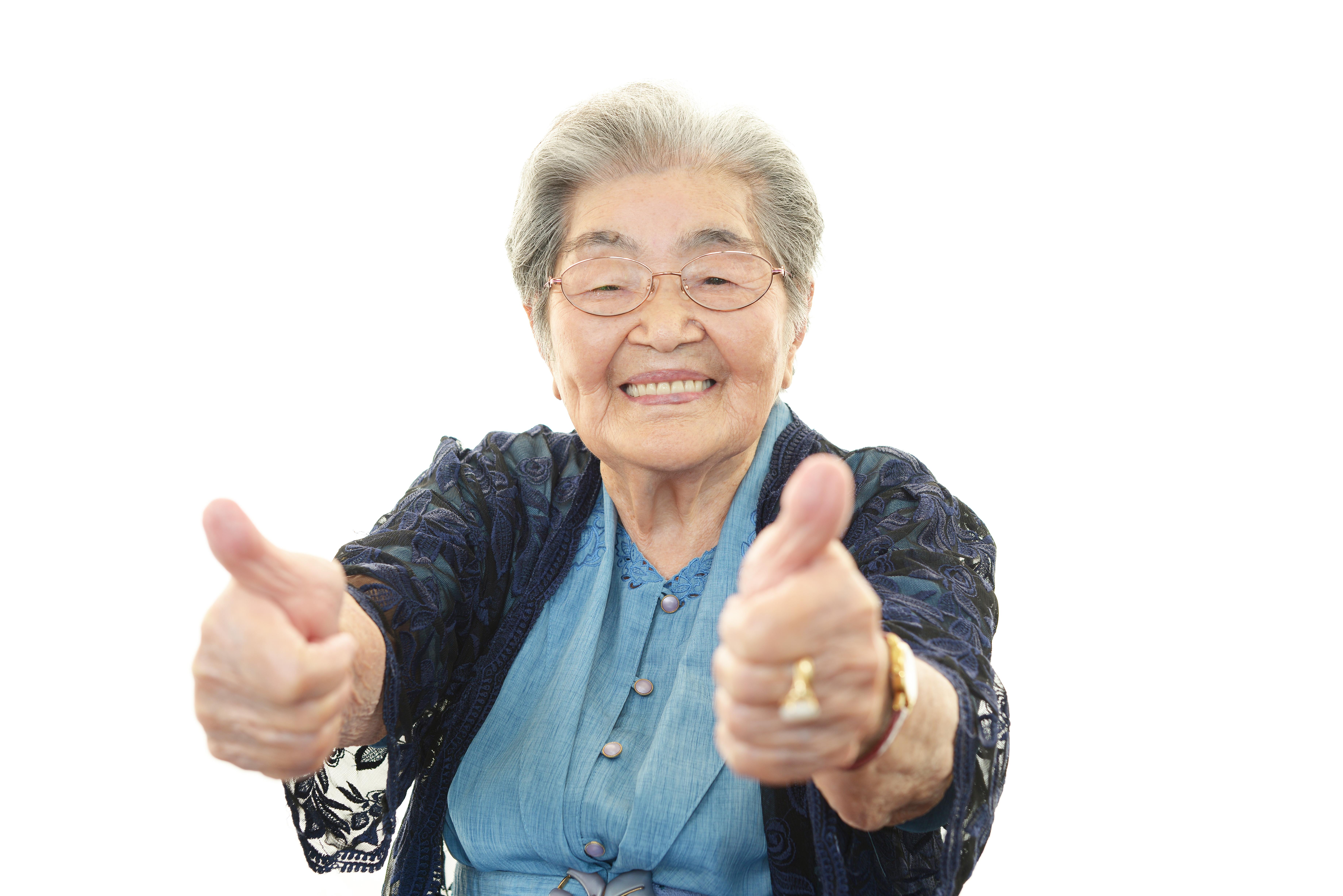 Ältere Dame mit erhobenen Daumen