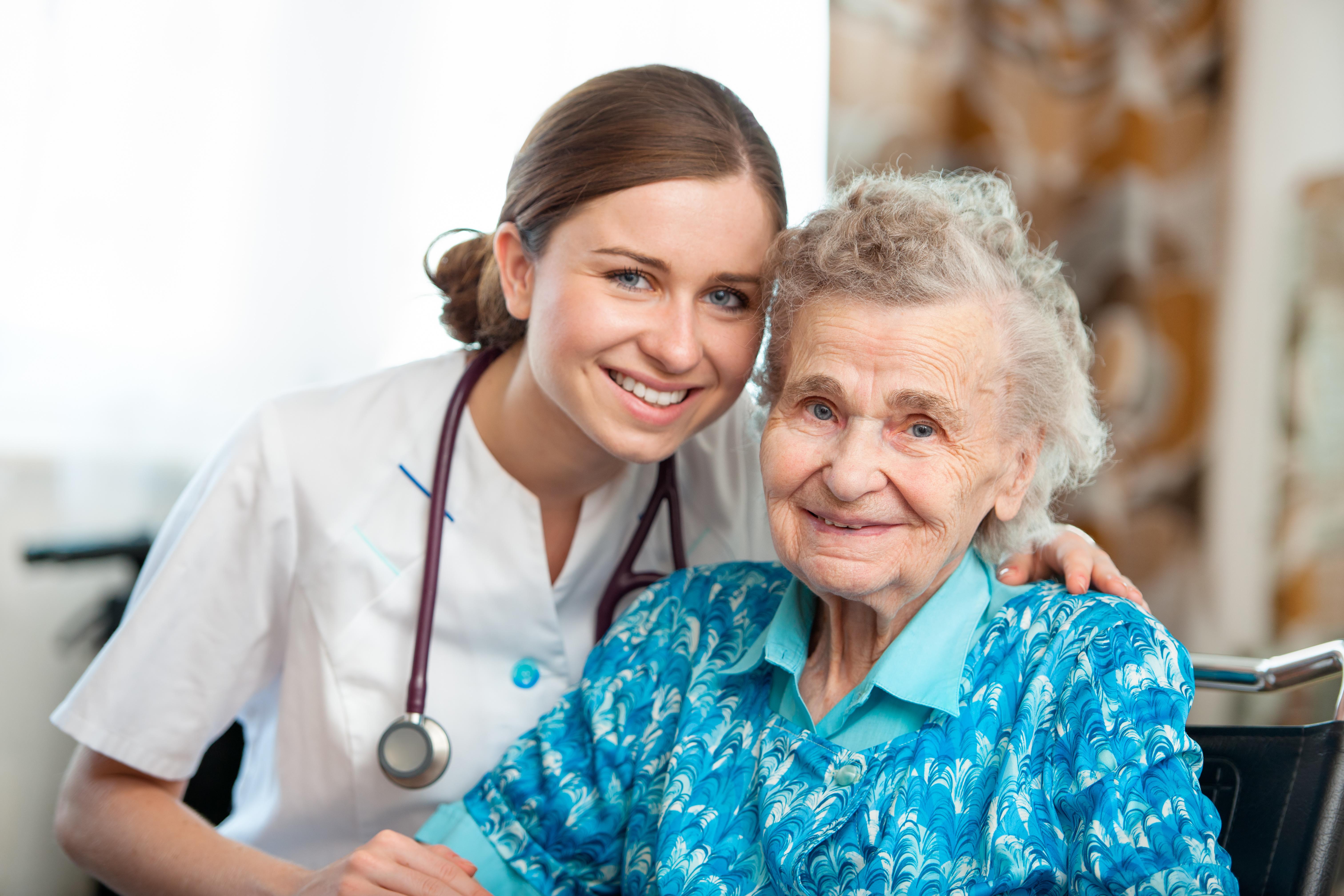 Ältere Dame mit ihrer Pflegekraft