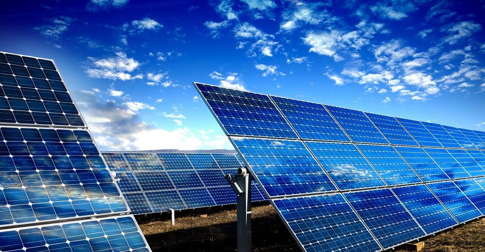 Photovoltaikanlagen mit blauem Himmel