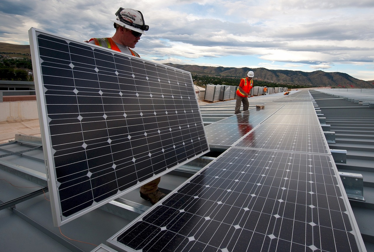 Arbeiter mit Solaranlagen