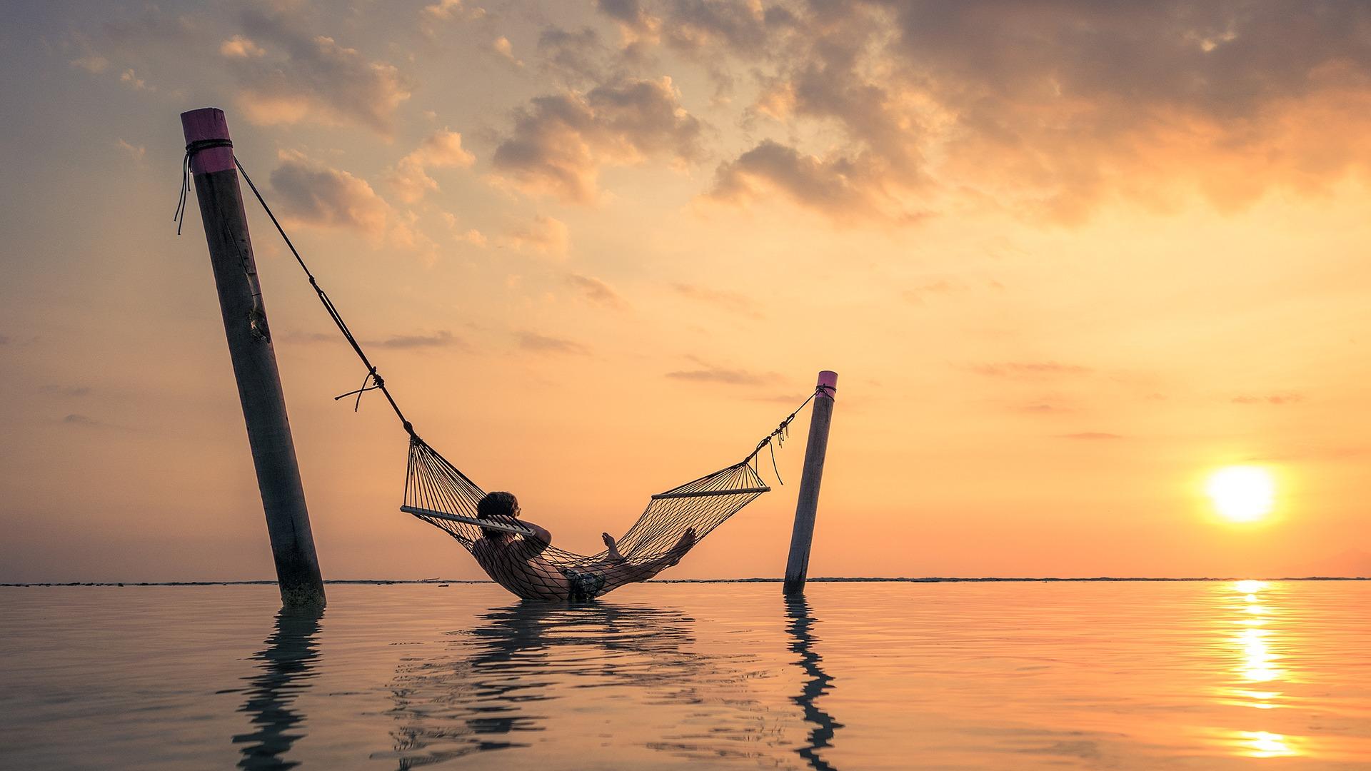 Hängematte im Meer vor einem Sonnenuntergang